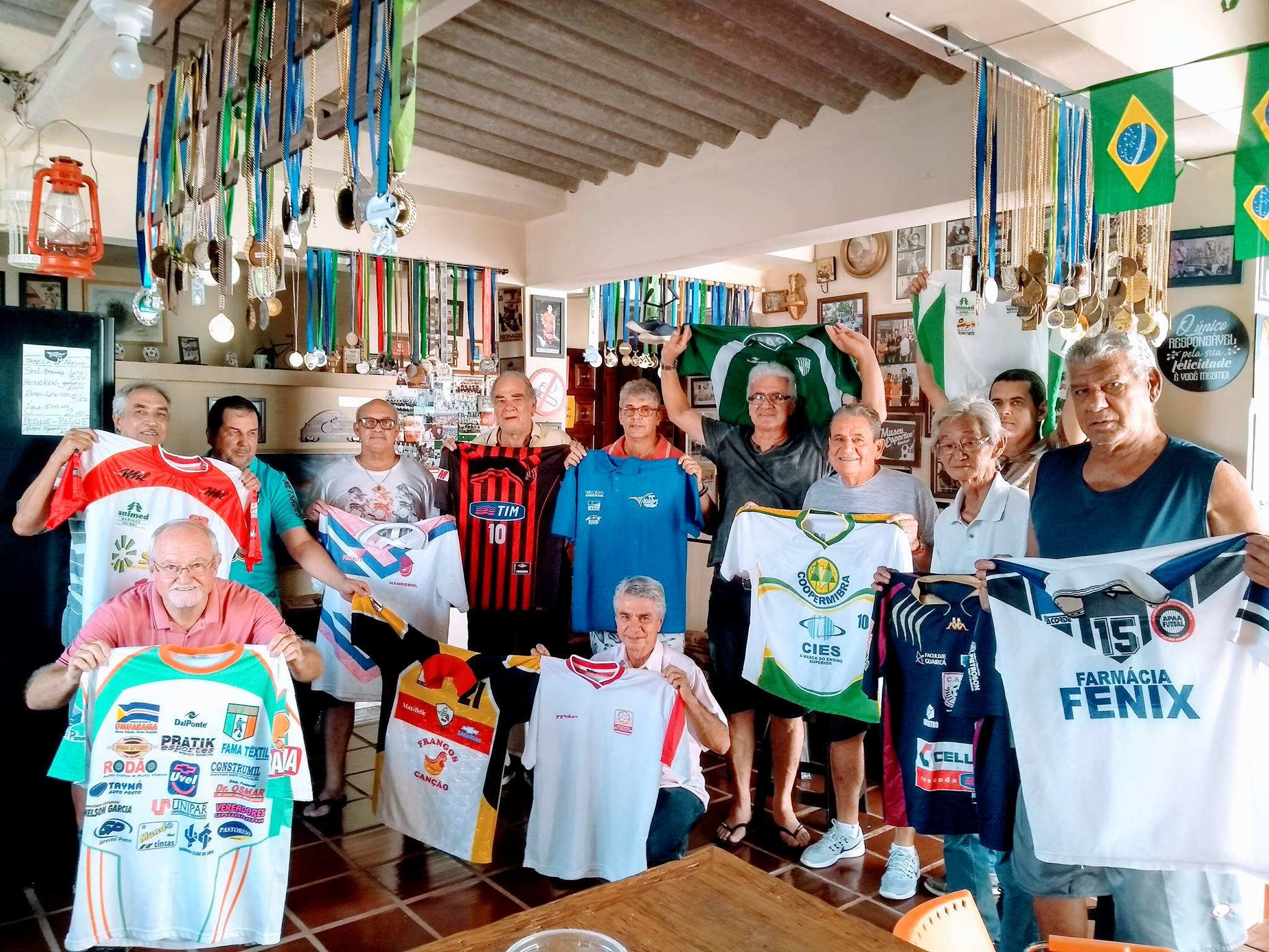 Celso Corrêa doa camisas de equipes paranaenses de futsal ao Museu Esportivo