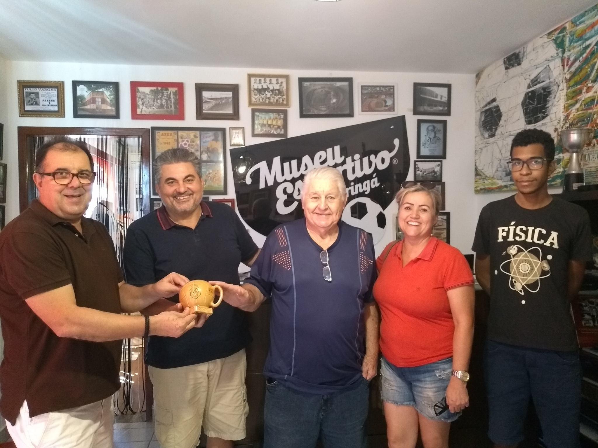 Bernadelli doa caneca da primeira festa do chope da Liga de Futebol Regional de Maringá