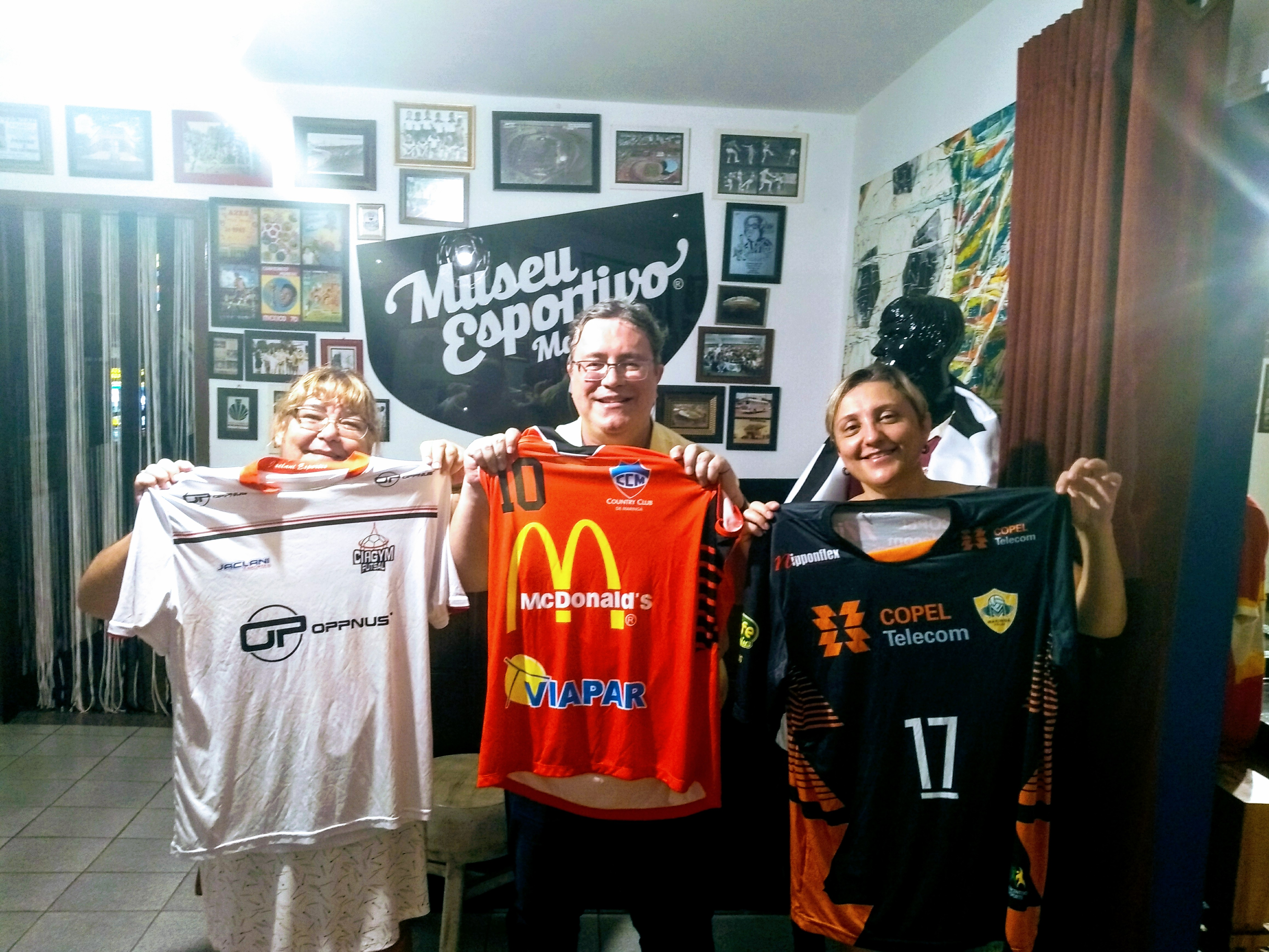 Jornalista Marcelo Bulgarelli doa nove camisas de clubes maringaenses