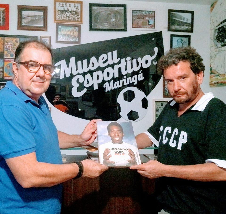 Cássio Marcelo de Oliveira Alves doa adesivos de torcidas organizadas, camisa da Galo Terror e livro sobre Pelé ao MEM