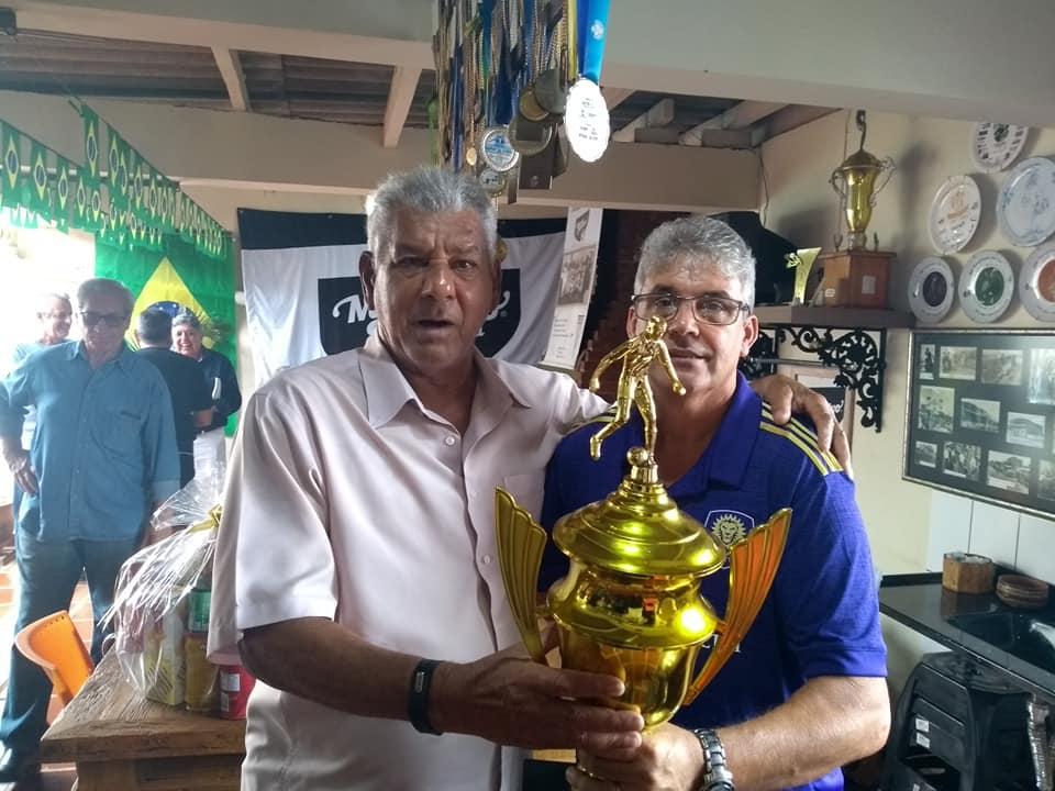 Camisa de 1983 da Usina Santa Terezinha e bonés do Esporte Clube Operário e União Bandeirante doados ao Museu Esportivo por Tilinho, presidente do ECO