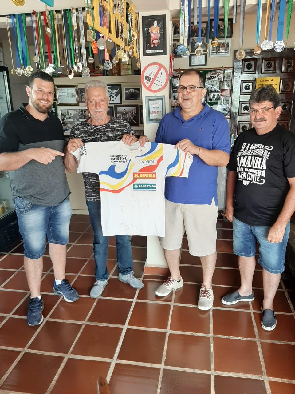 Camisa da Escolinha Marco Aurélio, assinada por Jairzinho, doada pela família Bergantini ao MEM