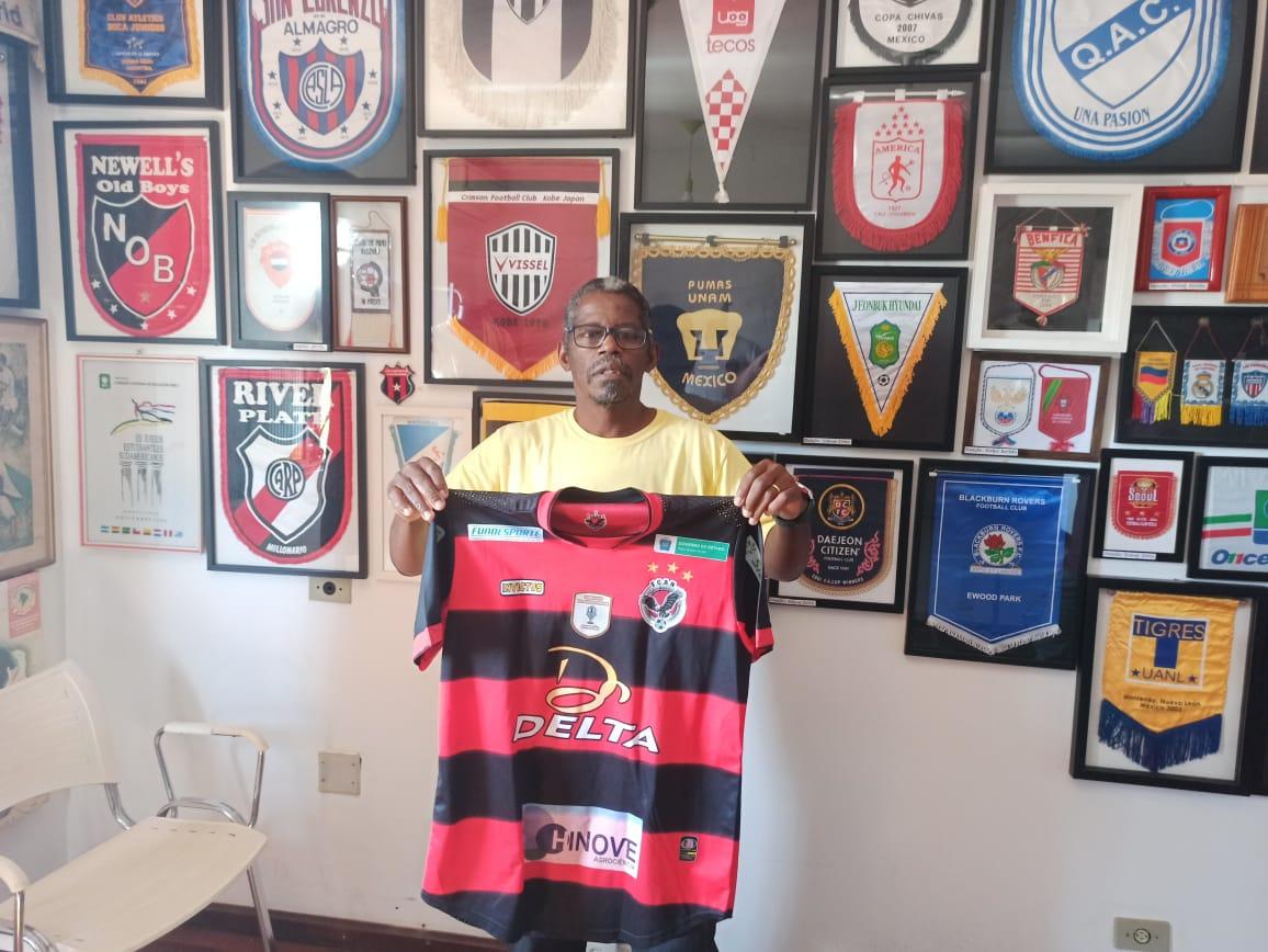 Roupeiro Ely Lima doa ao Museu Esportivo de Maringá camisa do Águia Negra, bicampeão do Mato Grosso do Sul