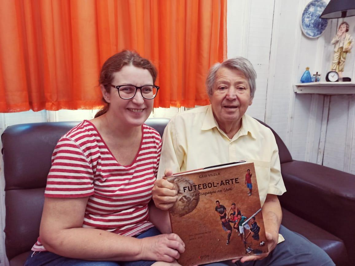 Família Braguin Gomes doa quadros de fotos da Perfimar, troféus e livro de Caio Vilela