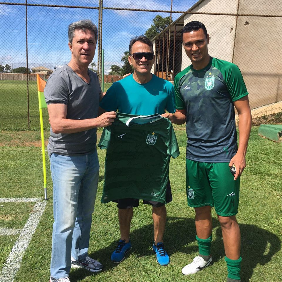 MEM recebe camisa da Sociedade Esportiva do Gama, do Distrito Federal, assinada pelos jogadores