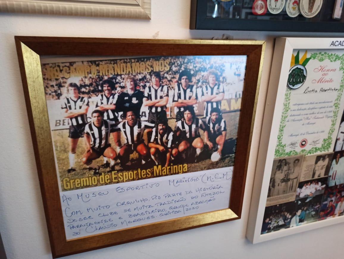 Cláudio Marques doa quadro com dedicatória do time do Grêmio de Esportes Maringá de 1981 do qual ele fazia parte
