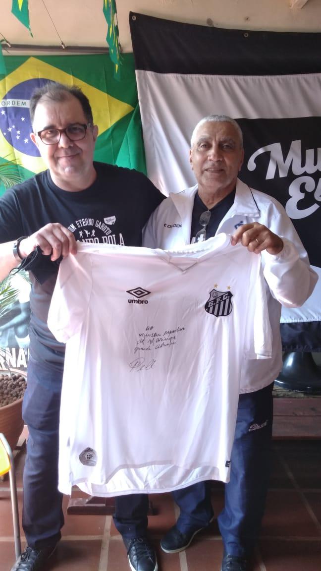 Museu Esportivo de Maringá recebe a camisa oficial do Santos com autógrafo e dedicatória do Rei Pelé; peça foi entregue por Negreiros