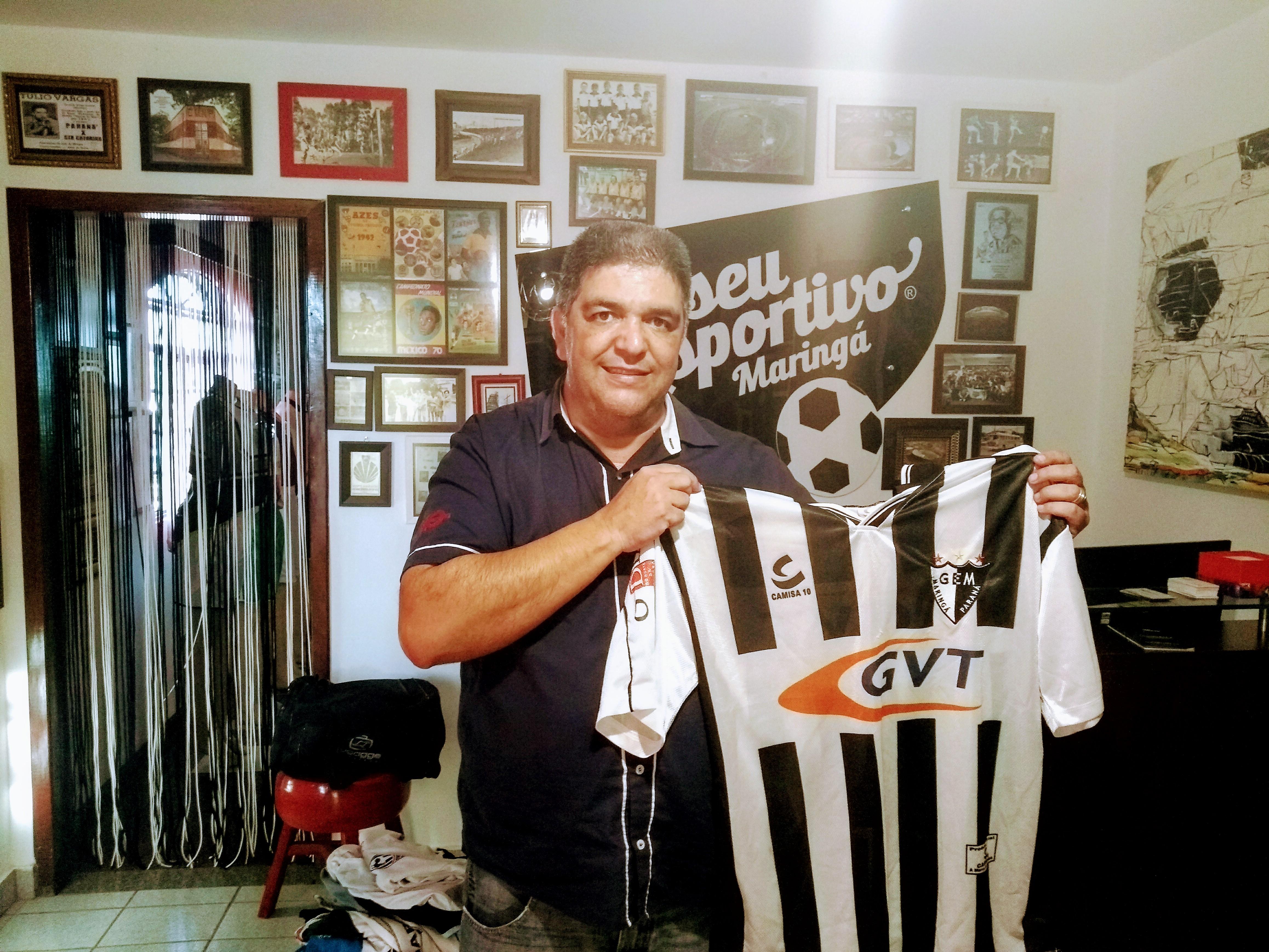 Edeval Zinho, que foi dirigente do Galo Maringá, faz doação de camisas antigas, faixas e flâmulas ao MEM