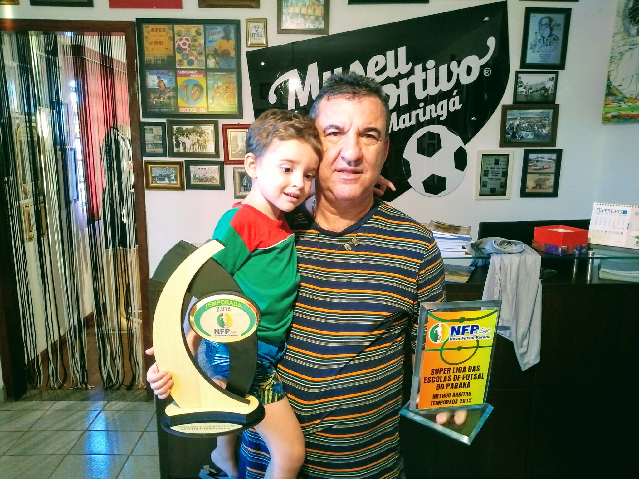 Ika, árbitro destaque do futsal do Paraná, faz doação de troféus e camisa ao MEM