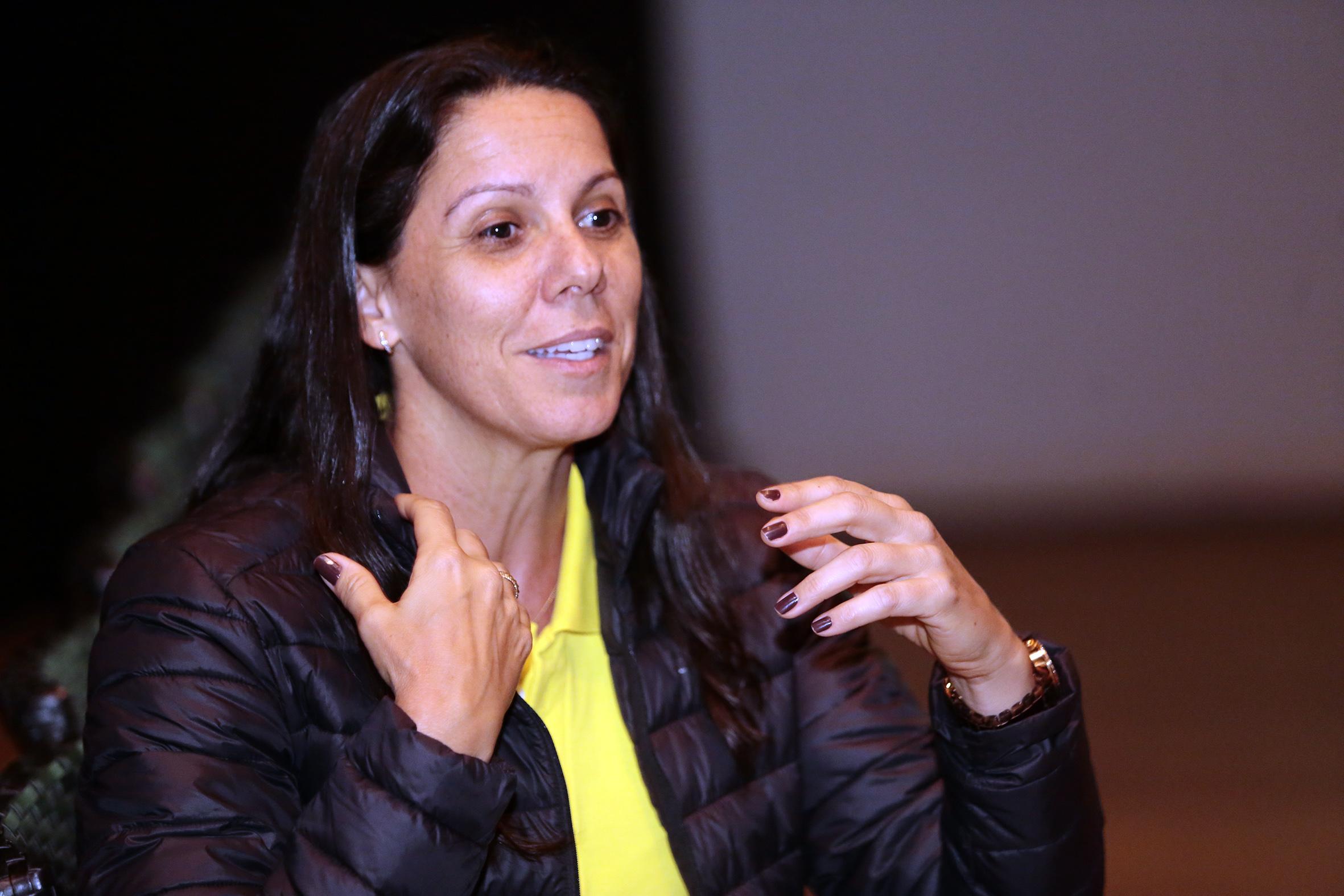 Bola autografada pela medalhista olímpica Sandra Pires é doada ao MEM pela ACIM