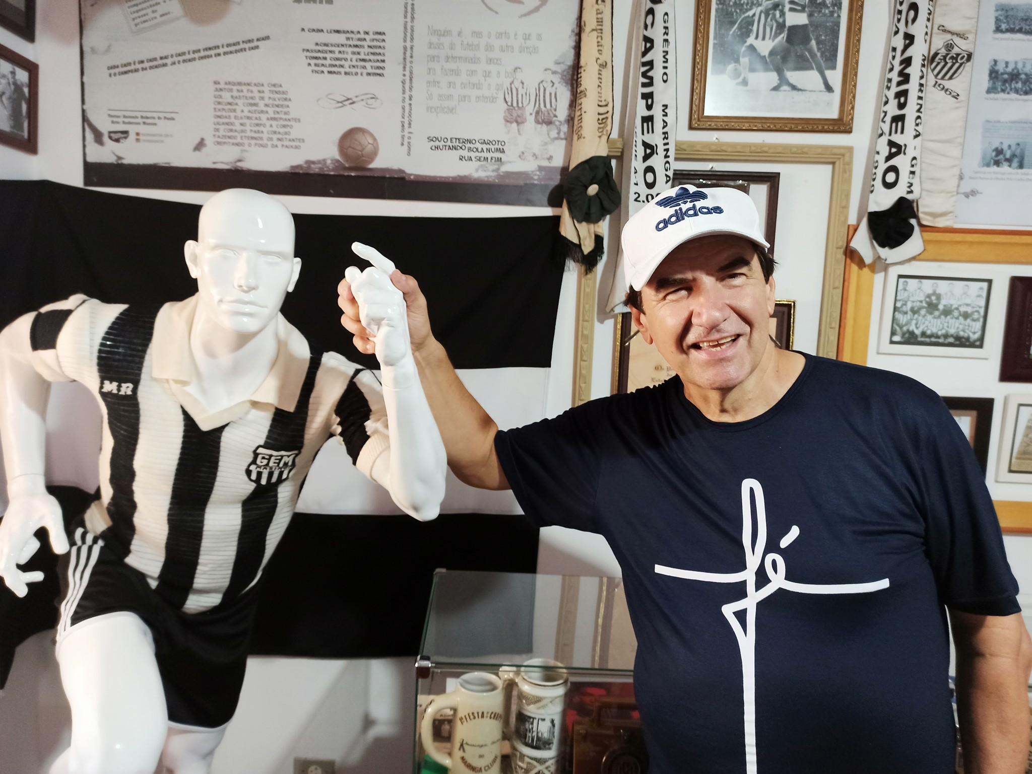 Devanir Marion doa antigo material impresso do Grêmio Maringá ao Museu Esportivo