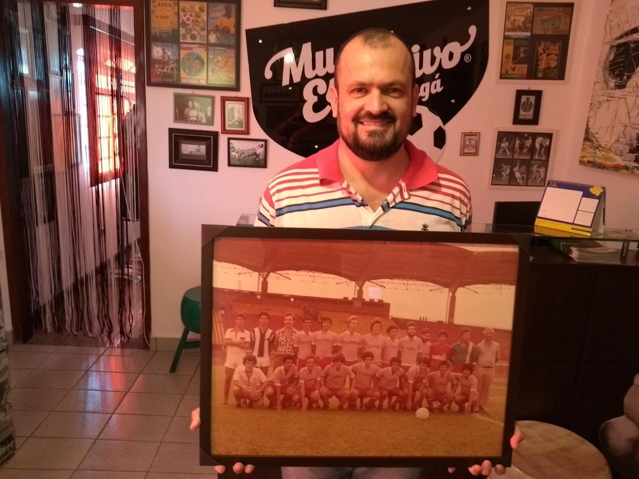 Julio Fregadolli doa quadro da equipe da Comel