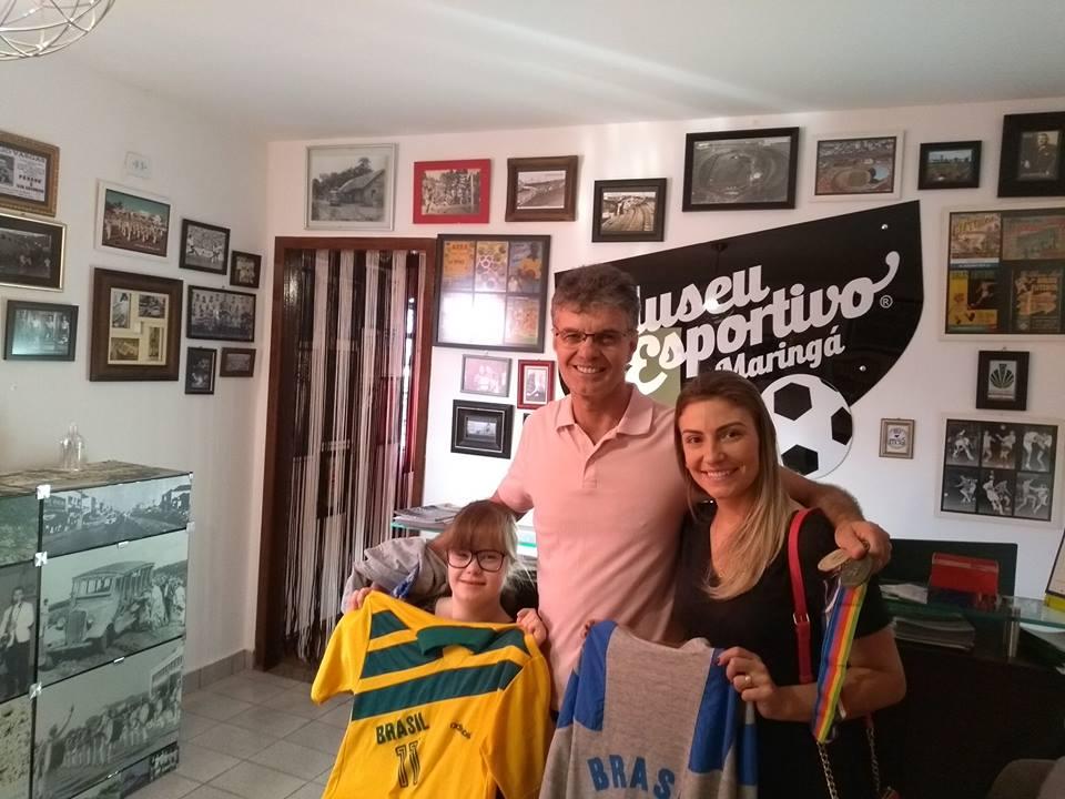 Pancho doa ao MEM sua camisa da seleção de handebol da Olimpíada de Barcelona e medalhas do Pan Americano de Indianápolis e Havana