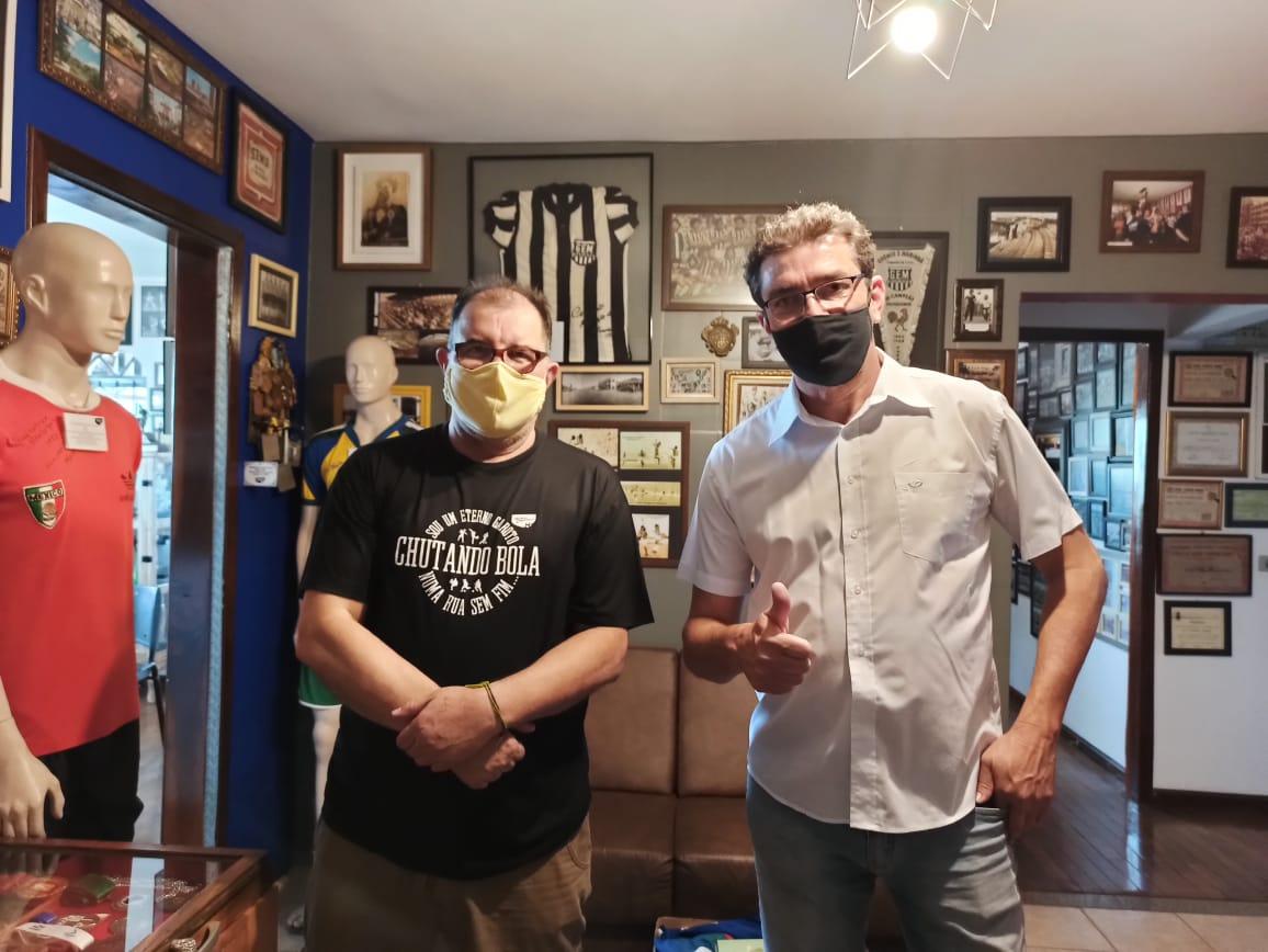 Joniel Piassa, o Magrão, doa ao Museu Esportivo de Maringá 37 camisas de clubes
