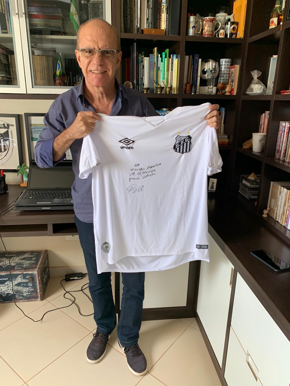 Camisa autografada por Pelé e com dedicatória ao MEM