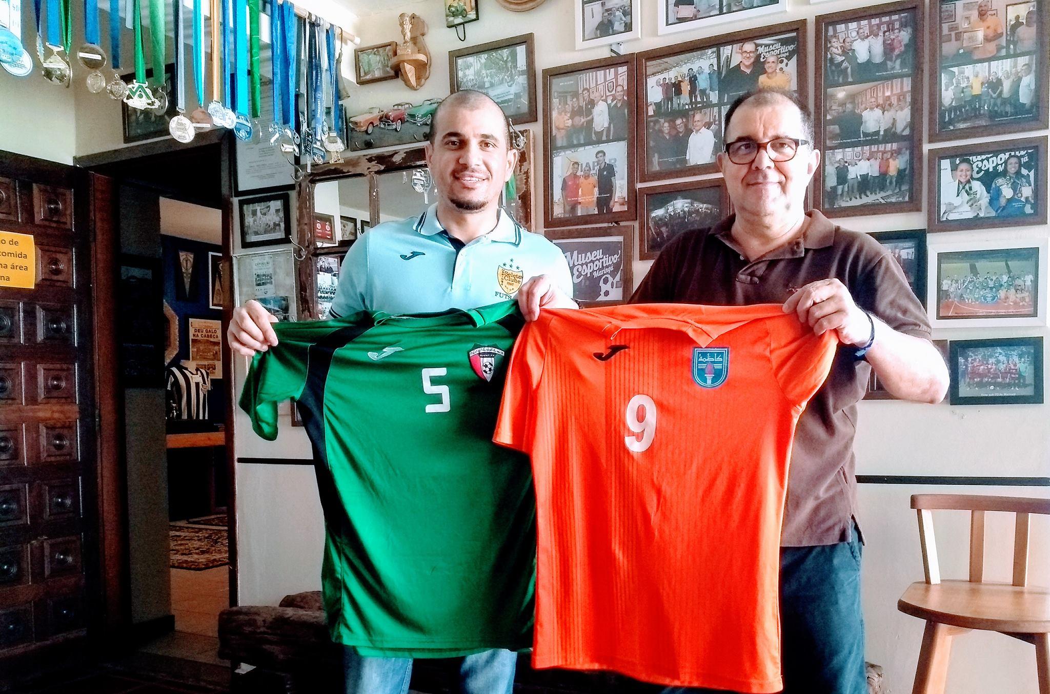 Vampeta do futsal, maringaense naturalizado italiano, doa camisas do Kuwait ao Museu Esportivo de Maringá